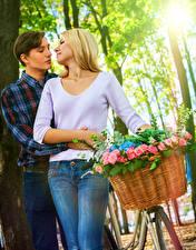 Фотографии Любовь Мужчины Розы Влюбленные пары Двое Блондинка Корзинка