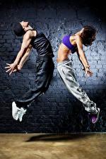 Фотографии Мужчина Две Танцуют Рука Шатенки Прыжок молодая женщина