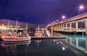 Картинки Норвегия Мосты Пристань Корабли Залив Ночь Уличные фонари Tromso bridge