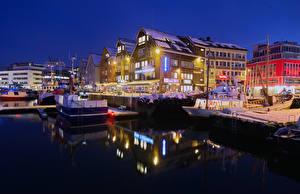 Картинки Норвегия Дома Пирсы Вечер Зимние Корабль Заливы Уличные фонари Tromso Города