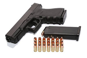 Обои Пистолеты Патроны Белый фон