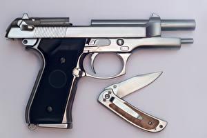 Фотографии Пистолеты Нож Вблизи Серый фон