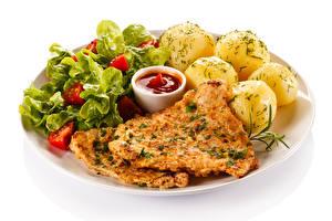 Картинка Картофель Мясные продукты Овощи Белый фон Тарелка Кетчуп Продукты питания