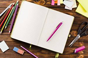 Фотографии Школа Тетрадь Карандаши Шариковая ручка