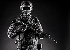 Картинка Солдат Автоматы Униформа Очки