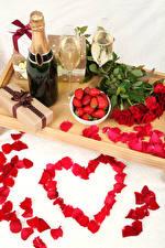Картинки Натюрморт Праздники Розы Клубника Шампанское День святого Валентина Серце Красных Лепестков Бутылка Бокал Подарок цветок Еда