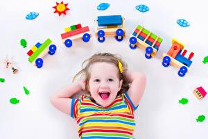 Картинки Игрушки Белым фоном Девочка Счастливая ребёнок