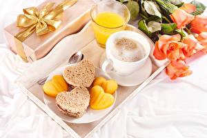 Обои День святого Валентина Розы Кофе Сок Капучино Хлеб Завтрак Чашка Стакан Сердце Еда Цветы картинки