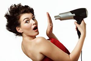 Фотография Белом фоне Шатенка Рука Удивление Взгляд Феном молодая женщина