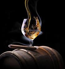 Фотографии Алкогольные напитки Виски Черный фон Сигара Бокалы Дым Пища