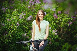 Картинки Велосипедный руль Шатенки Улыбка Взгляд Девушки