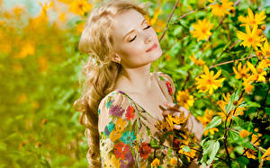 Картинка Блондинок Лицо На ветке молодая женщина