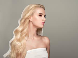 Фотография Блондинка Волосы Серый фон Девушки