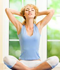 Фотографии Блондинки Сидящие Йога Майке Рука молодая женщина