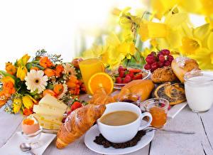 Фотография Букеты Нарциссы Круассан Кофе Сок Молоко Сыры Клубника Булочки Завтрак Чашке Стакане Яйцо Пища