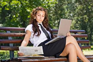 Фотография Шатенка Сидящие Ноутбуки Скамья Ноги Юбка девушка