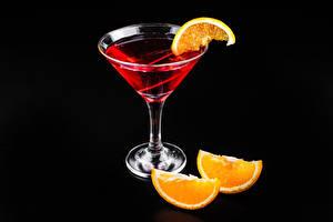 Обои Коктейль Алкогольные напитки Апельсин Черный фон Бокалы Продукты питания