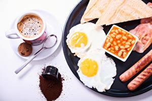 Фото Кофе Печенье Хлеб Сосиска Белым фоном Завтрак Чашка Яичницы Еда