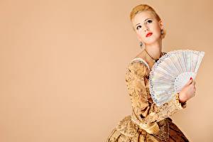 Фотография Цветной фон Блондинка Красные губы Взгляд Серьги Руки