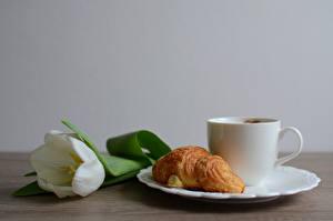 Фотографии Круассан Тюльпан Тарелке Чашка Продукты питания