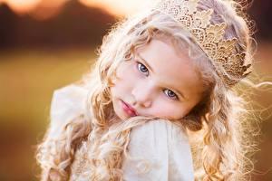 Картинка Корона Лица Смотрит Блондинок Девочка Волос Милые Дети
