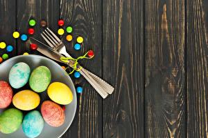 Картинка Пасха Конфеты Доски Тарелка Яйца Разноцветные Вилка столовая Еда