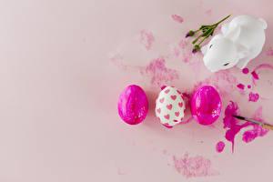 Обои Пасха Кролики Цветной фон Яйца Трое 3 Сердце Дети картинки