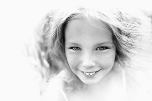 Картинки Лицо Черно белое Миленькие Девочки Улыбка Смотрит Ребёнок