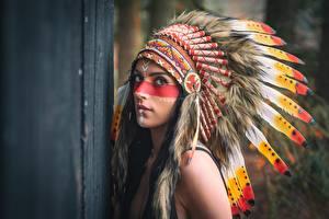 Фото Перья Индейский головной убор Индейца Взгляд Девушки