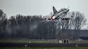 Картинки Самолеты Истребители Взлет Французская Mirage 2000 Авиация