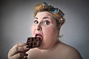 Обои для рабочего стола Пальцы Шоколад Сером фоне Шатенка Толстый Лицо девушка