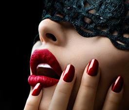 Картинка Пальцы Крупным планом Черный фон Красными губами Маникюра девушка