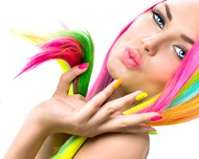 Обои Пальцы Губы Рука Маникюра Белый фон Разноцветные Лица Девушки