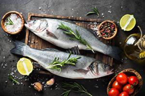 Фотографии Рыба Перец чёрный Томаты Лайм Чеснок Разделочная доска Двое Соль Пища