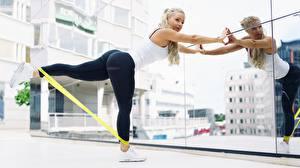 Фотография Фитнес Ноги Зеркало Блондинка Девушки Спорт