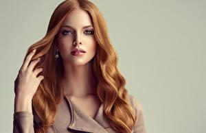 Картинки Сером фоне Рыжие Волосы Смотрят Рука Красивая молодые женщины