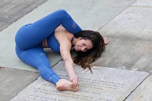 Картинка Гимнастика Фитнес Ног Попа молодые женщины Спорт