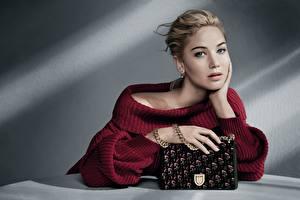 Обои Сумка Jennifer Lawrence Dior Свитер Взгляд Руки Модель Девушки