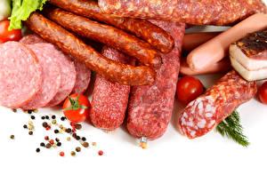Обои Мясные продукты Колбаса Перец чёрный Помидоры Белый фон Еда картинки