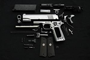 Фотография Пистолеты Патроны Черный фон Армия