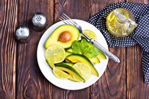 Обои Салаты Авокадо Лимоны Доски Тарелка Вилка столовая Еда картинки