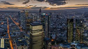 Фото Небоскребы Вечер Здания Франкфурт-на-Майне Германия Мегаполиса