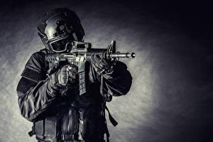 Фотографии Солдаты Автоматы Военная каска Униформа Очки