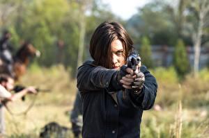 Фотография Ходячие мертвецы Пистолеты Лорен Коэн Шатенка 7 Кино Девушки