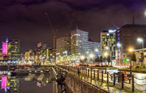 Обои Великобритания Здания Речка Пристань Забора Ночные Уличные фонари Liverpool