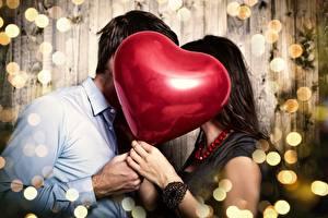 Фотографии День всех влюблённых Влюбленные пары Воздушные шарики Рука