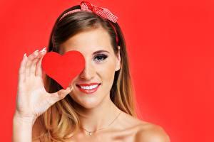 Картинки День святого Валентина Красном фоне Сердце Улыбка Руки молодая женщина