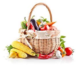 Фото Овощи Кукуруза Острый перец чили Лук репчатый Чеснок Помидоры Белом фоне Корзинка Еда