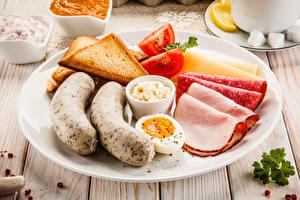 Фотографии Сосиска Хлеб Колбаса Тарелка Нарезанные продукты Яйцами Завтрак Продукты питания