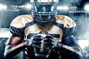 Фото Американский футбол Мужчины Руки Перчатки Мячик В шлеме спортивный